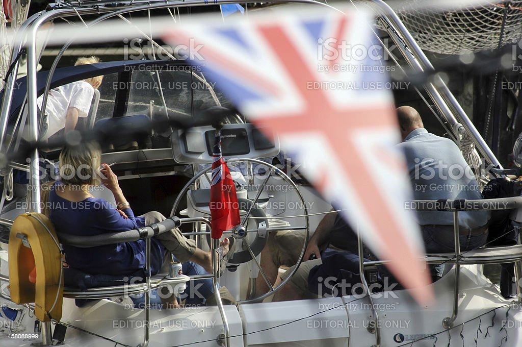 Bandeira e barcos ancorados na St. Katharine Docas de Londres - foto de acervo
