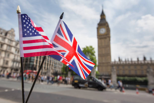 union jack-flagge und die stars and stripes flagge der usa, flattern zusammen vor big ben in westminster, london - flagge von england stock-fotos und bilder