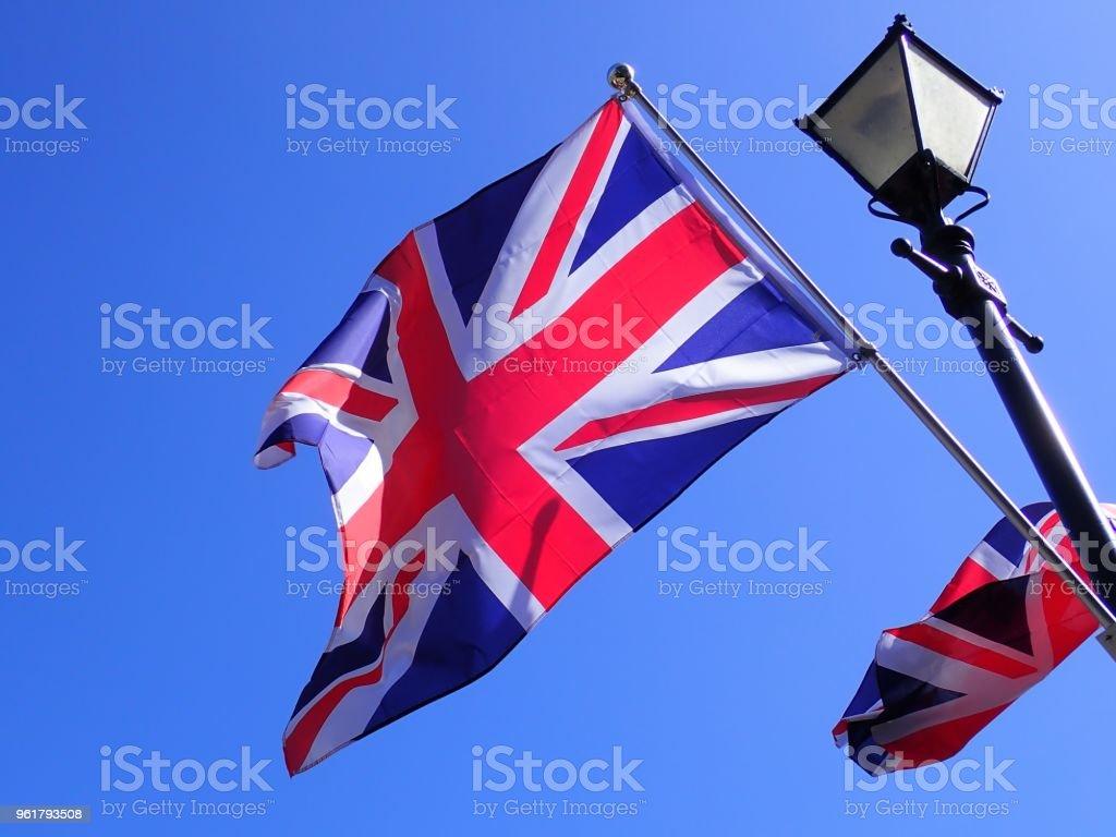 ユニオン ジャックの旗はビクトリア朝様式のランプのポストから