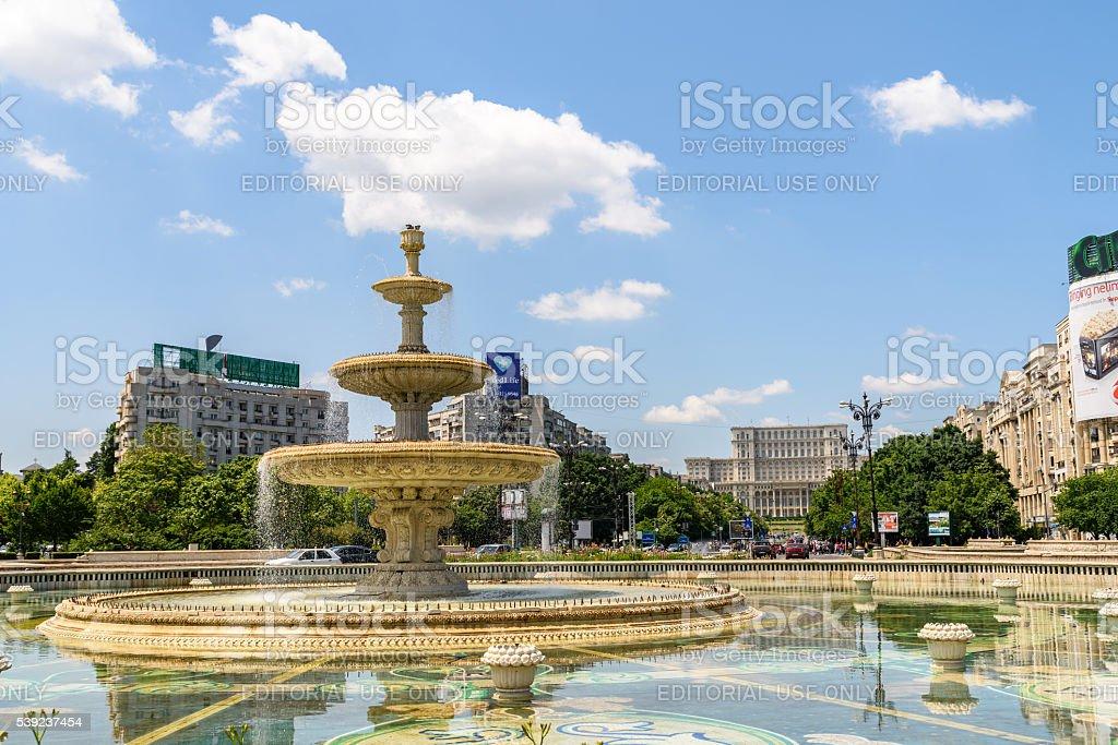 Union Square fuente y en el Parlamento Palacio Hilton Bucharest foto de stock libre de derechos