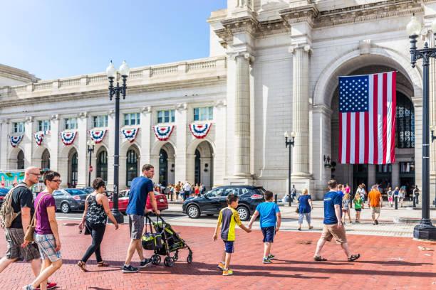 columbus circle aile insanlar geçiş yolu ile tarih union station - columbus day stok fotoğraflar ve resimler
