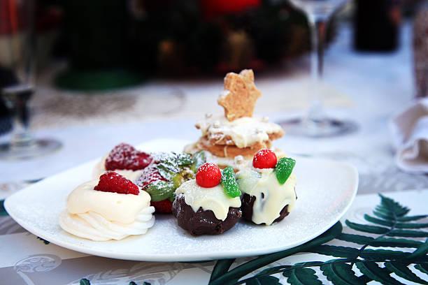 Einzigartige Mini Christmas Pudding mit Baiser und Beeren – Foto