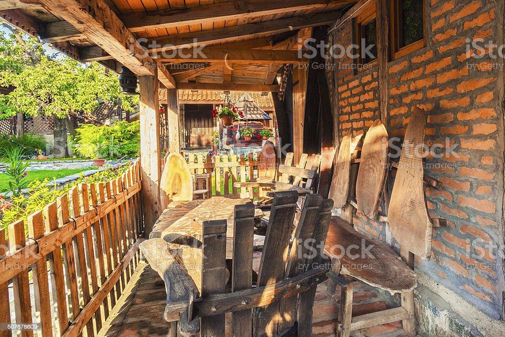 Exclusivas Sillas De Madera Y Una Mesa En La Cabaña De La