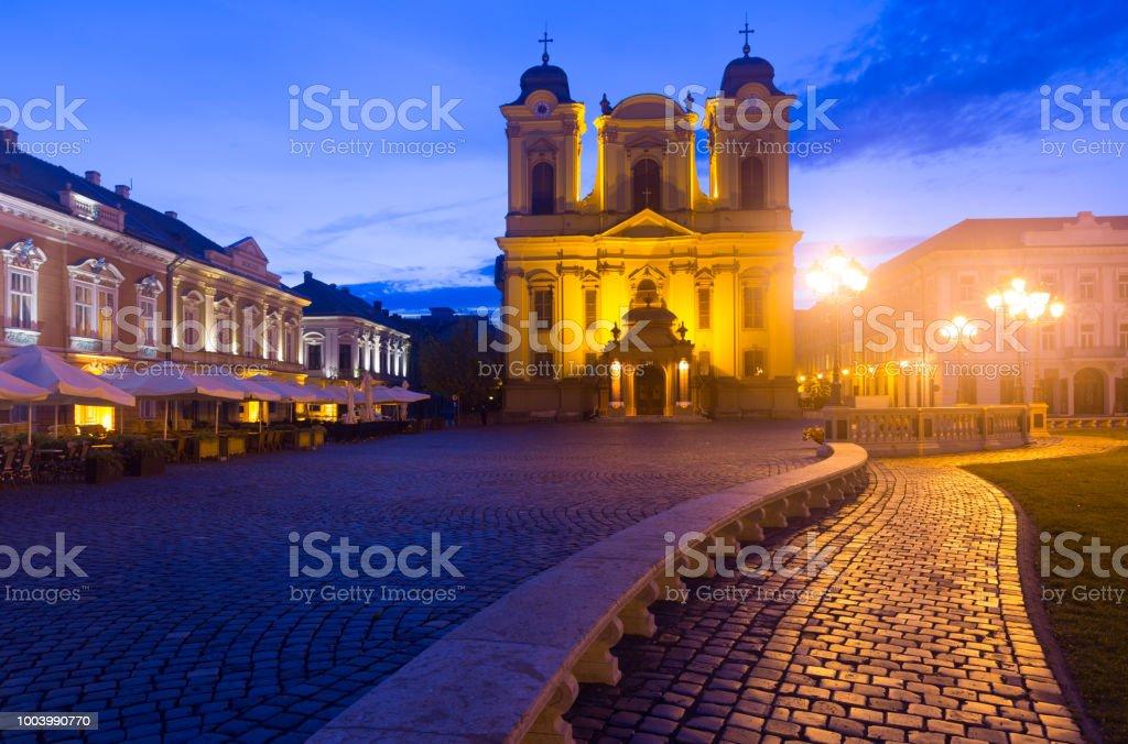 La place Unirii avec dôme catholique au crépuscule - Photo