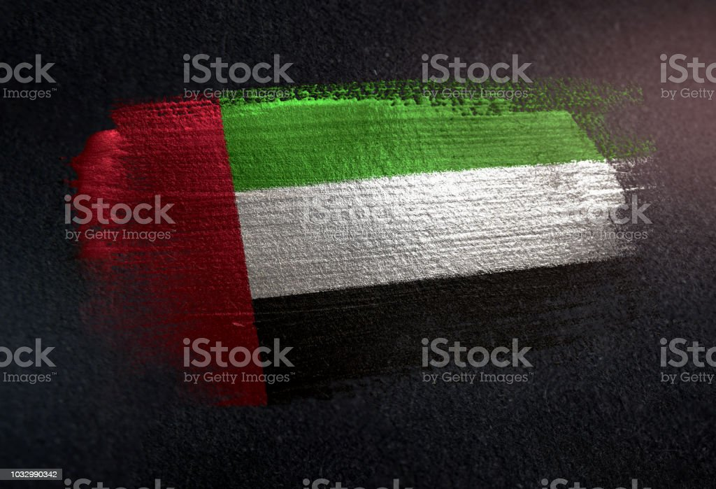阿拉伯聯合大公國國旗用金屬刷漆塗在黑牆上 - 免版稅亮粉圖庫照片