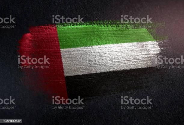 阿拉伯聯合大公國國旗用金屬刷漆塗在黑牆上 照片檔及更多 亮粉 照片