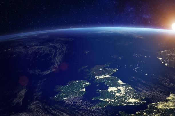 reino unido (reino unido) do espaço na noite com luzes da cidade da cidade de londres, inglaterra, wales, scotland, irlanda do norte, tecnologia de comunicação, 3d rendem da terra do planeta, elementos da nasa - reino unido - fotografias e filmes do acervo