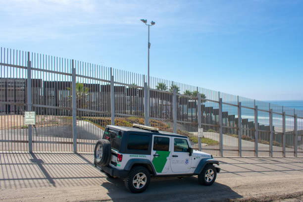 united states border patrol vehicle patrols the fence of united states - mexico international border - trump стоковые фото и изображения