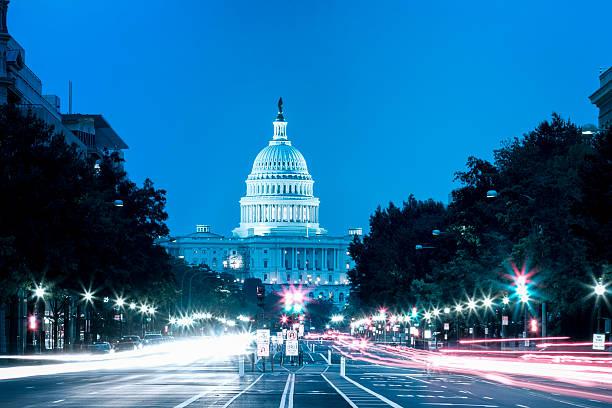 United States Capitol Gebäude bei Nacht mit Auto Licht Wege – Foto