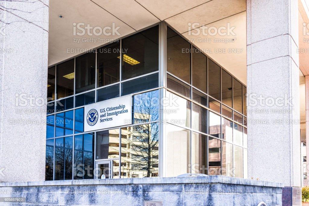 Entrada do escritório principal em Virgínia com sinal de campo USCIS nos Estados Unidos Citizenship and Immigration Services - foto de acervo