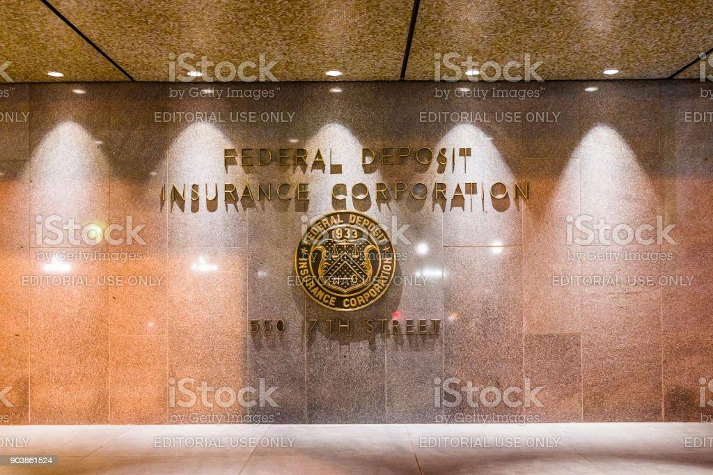 Sinal de FDIC Estados Unidos Federal Deposit Insurance Corporation na parede do edifício com o logotipo na rua 17 na noite noite closeup - foto de acervo