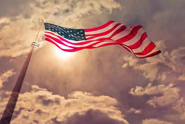соединенные штаты флаг, дует в ветер - демократия стоковые фото и изображения