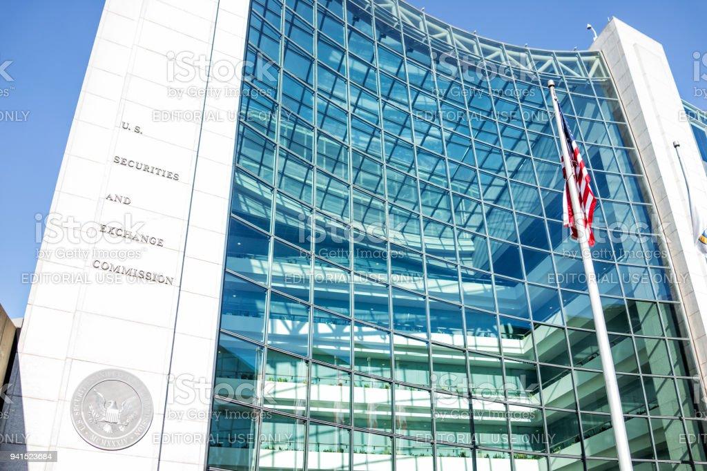 Arquitectura de entrada de Estados Unidos Estados Unidos Securities and Exchange Commission SEC moderna edificio señal, insignia, bandera americana, buscando cielo, reflejo de ventanas de vidrio - foto de stock