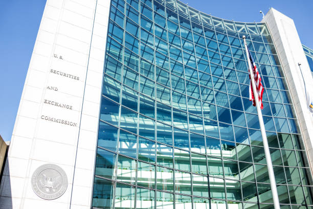 us united states securities and exchange commission sec entrance architecture modern building sign, logo, american flag, looking up sky, glass windows reflection - forza foto e immagini stock