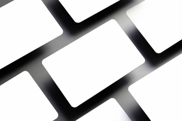 universal modell für ein paar leere (bank) geschenkkarte diagonal mit dunklen schatten - gutschein ausdrucken stock-fotos und bilder