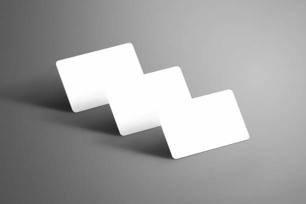 universelle vorlage von drei weiße (geschenk) bankkarte isoliert auf einem hintergrund. - gutschein ausdrucken stock-fotos und bilder