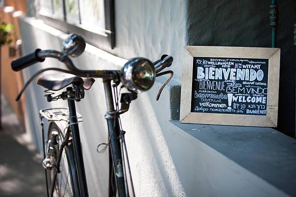 Universal Sinal de boas-vindas ao lado do Vintage de bicicleta com farol - foto de acervo