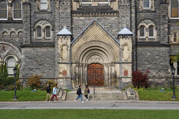 university campus with gothic architecture - ivy building imagens e fotografias de stock