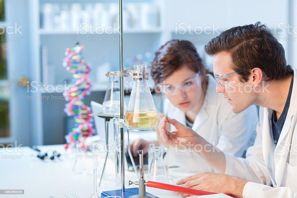 Laboratoire de recherche de l'Université de science étudiants travaillant ensemble à classe - Photo