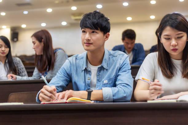 授業で注意を払う大学生 - 大学 ストックフォトと画像