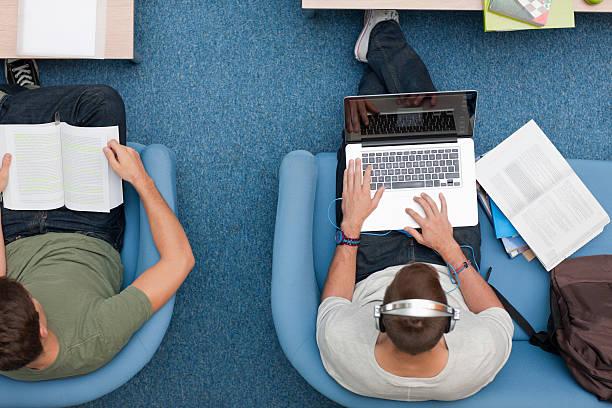student mit laptop und musik hören auf headph - möbel 24 online stock-fotos und bilder