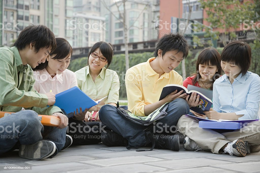 University students sitting together and discussing foto stock royalty-free