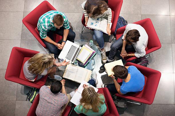 universität studenten studieren in einem kreis - möbel 24 online stock-fotos und bilder