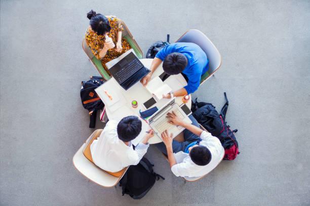 グループで学ぶ大学生 - 大学生 パソコン 日本 ストックフォトと画像