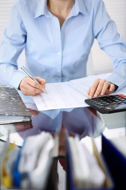 Unbekannte Buchhalterin Frau oder Finanzinspektorin, die Bericht erstellt, das Gleichgewicht berechnet oder überprüft, Nahaufnahme. Business-Porträt. Wirtschaftsprüfungs-oder Steuerkonzepte. – Foto