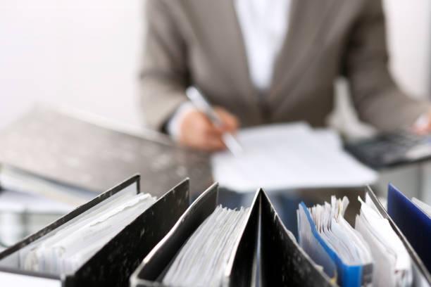 Unbekannte Buchhalterin Frau oder Finanzinspektorin, die Bericht erstellt, das Gleichgewicht berechnet oder überprüft, Nahaufnahme. Business-Porträt. Prüfungs-oder Steuerkonzepte – Foto