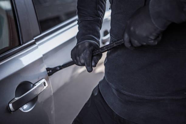 Unbekannte kriminalisieren ein Auto – Foto