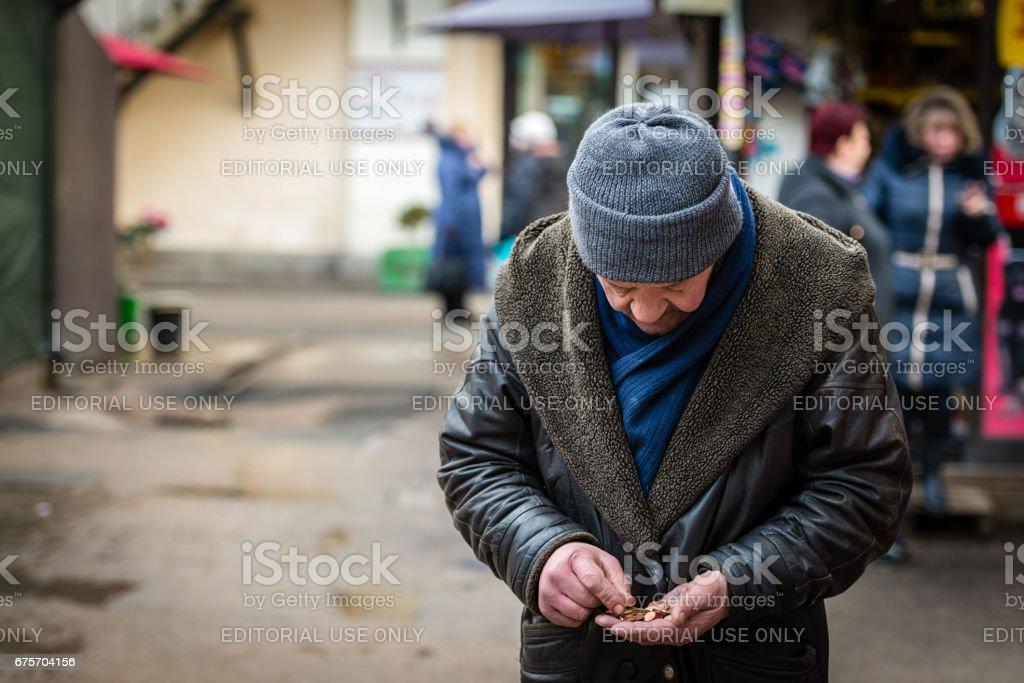 未知的男人在街上數錢。 免版稅 stock photo