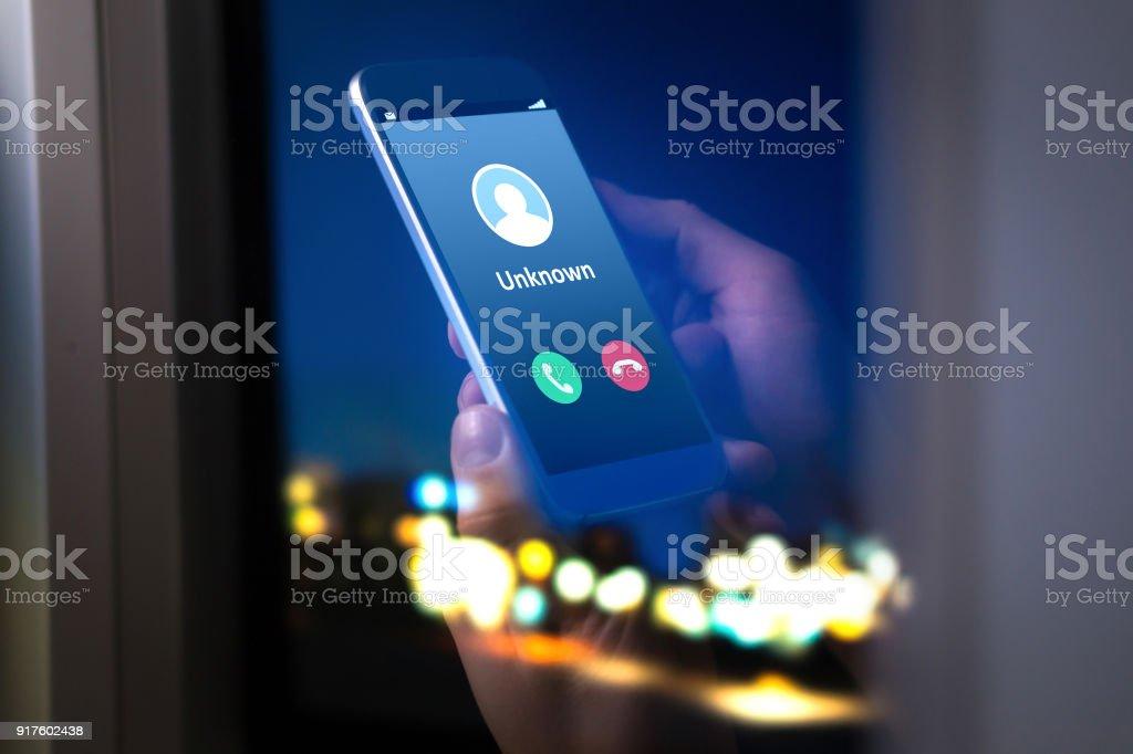 Número desconocido llamando en medio de la noche. Llamada de teléfono desde el extranjero. - foto de stock