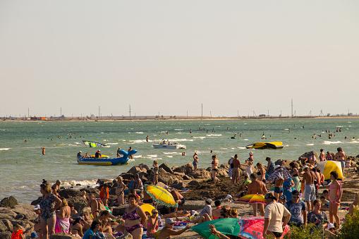 Unknown People Enjoy On The Beach Of Azov Sea — стоковые фотографии и другие картинки Береговая линия
