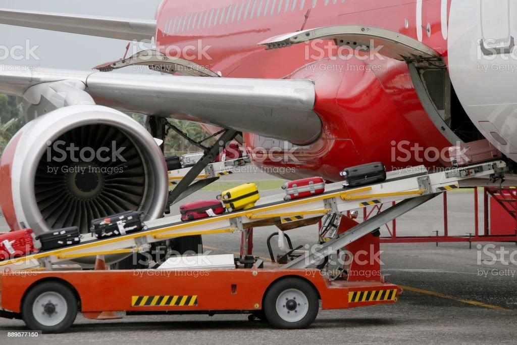 Entladung Gepäck aus dem Flugzeug – Foto