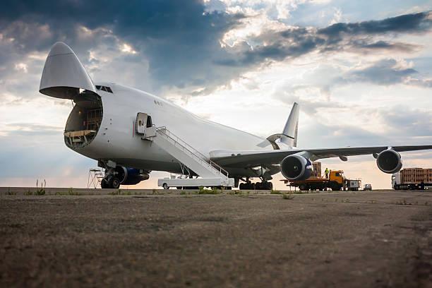 Entladen große Körper Frachtflugzeug – Foto