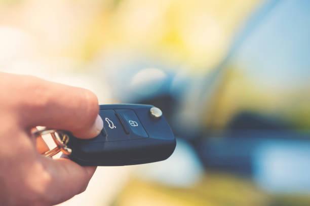 entriegelung auto mit auto-taste. - mietwagen stock-fotos und bilder