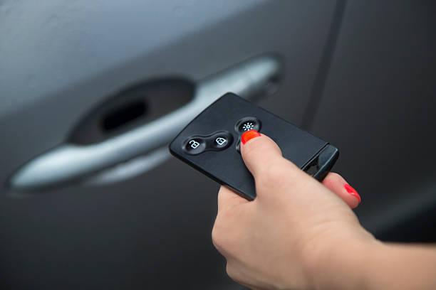 Aufschließen Auto mit Autoschlüssel mit Fernbedienung. – Foto