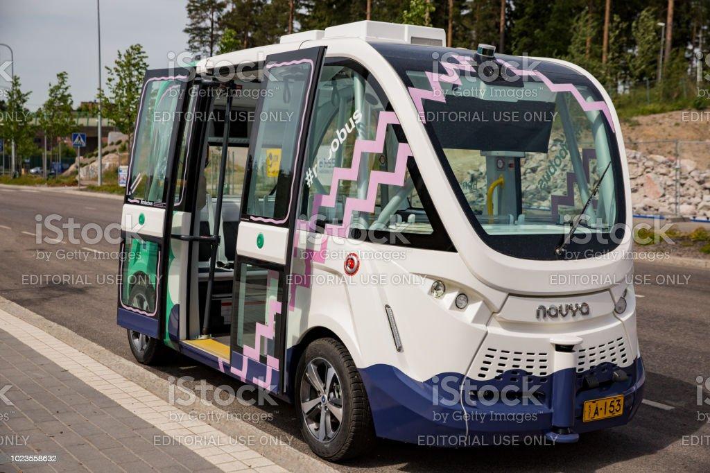 Unbemannte öffentliche Transportmittel auf Straße. – Foto