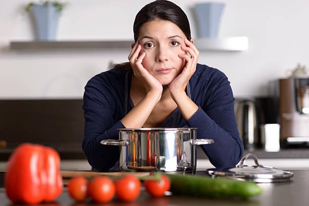 motivazione donna di preparare la cena - chef triste foto e immagini stock