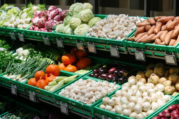 セルフサービスのスーパーマーケットで新鮮な野菜を解凍。 - スーパーマーケット 日本 ストックフォトと画像