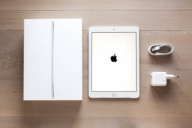 auspacken neue ipad air 2 - adapter apple stock-fotos und bilder