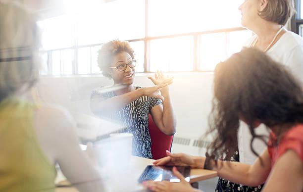 criativa sem poses grupo de pessoas de negócios em um conceito aberta - senior business woman tablet imagens e fotografias de stock