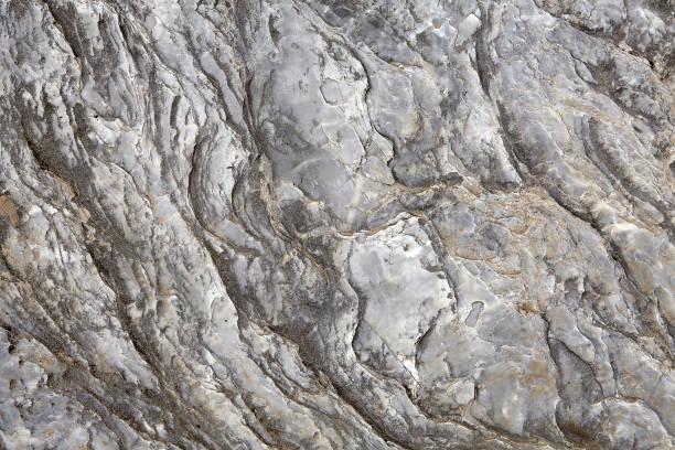unprocessed rock surface of natural gray stone. - łupek łyszczykowy zdjęcia i obrazy z banku zdjęć