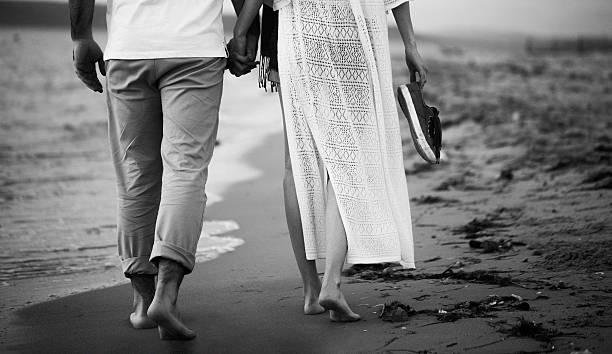 unrecognisible couple walking on the beach - neuanfang nach trennung stock-fotos und bilder