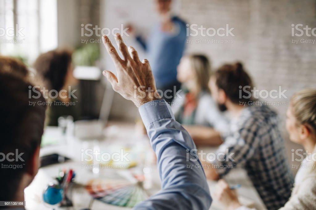 Nicht erkennbare Geschäftsmann eine Frage auf einem Treffen im Büro. – Foto