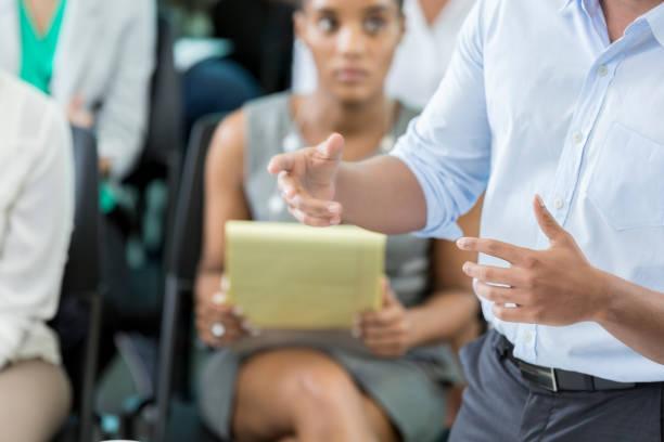 nicht erkennbare geschäftsmann vorlesungen an business-konferenz - boxen live stock-fotos und bilder