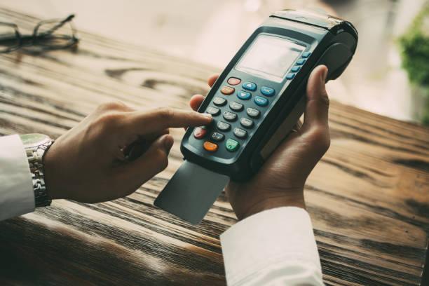 unrecognizable businessman spending money in cafe - dworzec zdjęcia i obrazy z banku zdjęć