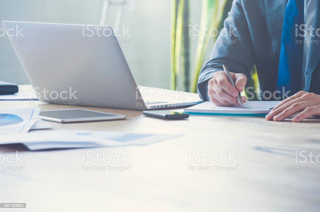 Irreconhecível empresário escrita ou assinatura. - foto de acervo
