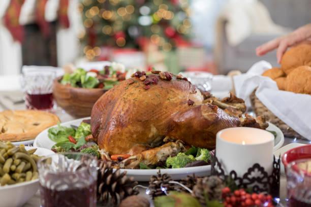 nicht erkennbare weihnachten abendessen gast schleicht abendessen roll - weinflecken entfernen stock-fotos und bilder